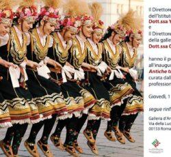 """Фотоизложбата """"Древни традиции и обичаи от България"""" гостува и в центъра на Рим"""